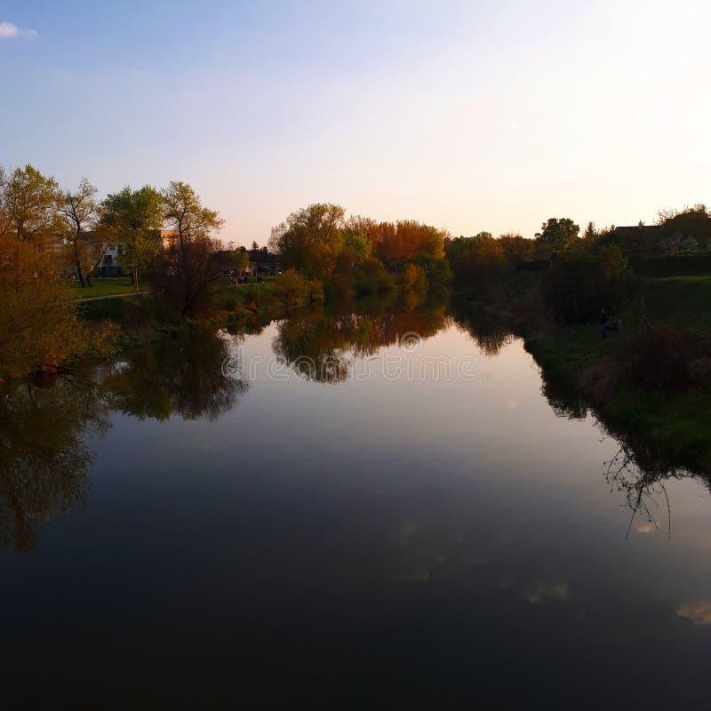 zachód słońca nad rzeką obrazy stock