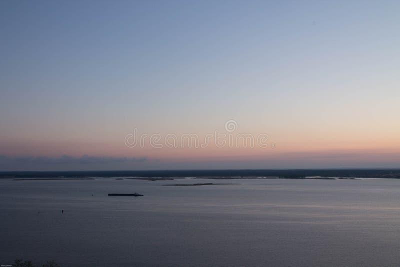 zachód słońca nad rzeką Osamotniona barka na rzece krajobrazy obraz royalty free