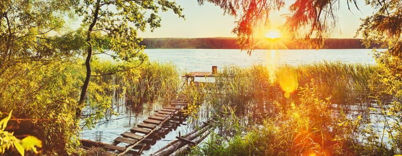 zachód słońca nad rzeką panorama zdjęcie royalty free