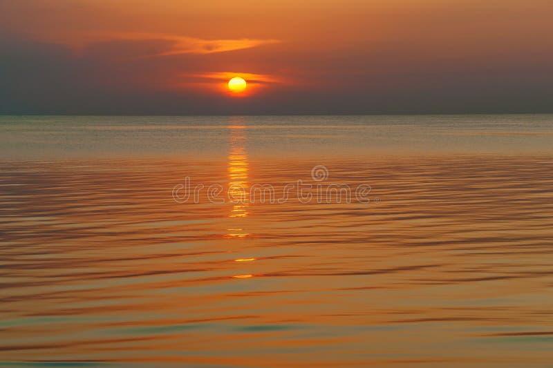 zachód słońca nad wodą obraz royalty free
