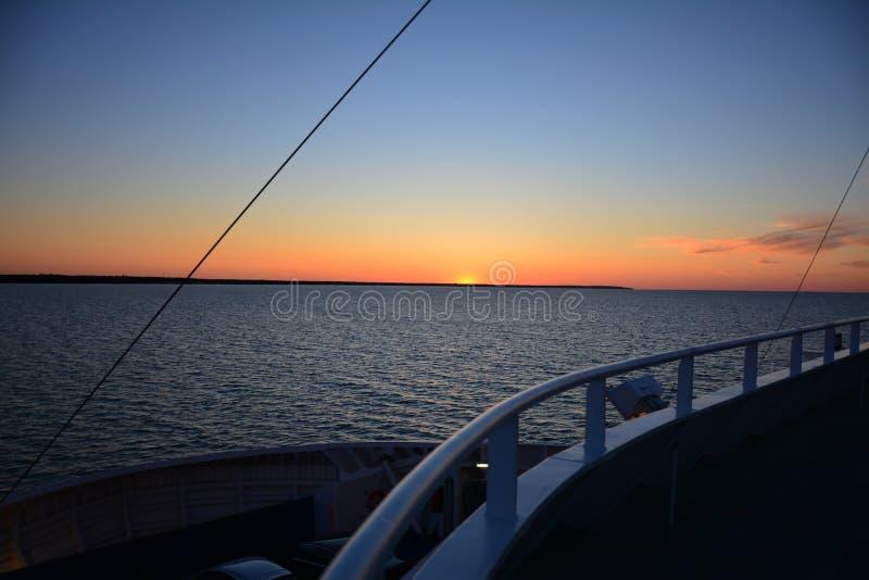 zachód słońca nad wodą obraz stock
