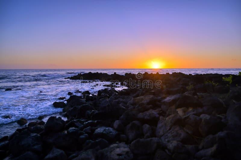 Zachód słońca nad wybrzeżem Kauai, Hawaje obraz stock