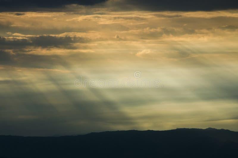Zachód słońca, promienie słoneczne przechodzą przez chmury ilustracji