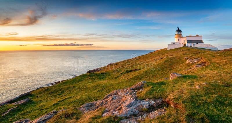 Zachód słońca w latarni morskiej Stoer w Szkocji obraz stock