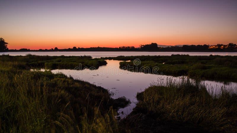 Zachód słońca w pobliżu Cambados w Galicji, moczenie światła w wodzie obraz stock