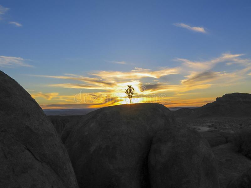 """Zachód sÅ'oÅ""""ca w rezerwacie naturalnym o nazwie Kanion Rzeki Rybnej w Namibii. Afryka zdjęcia royalty free"""