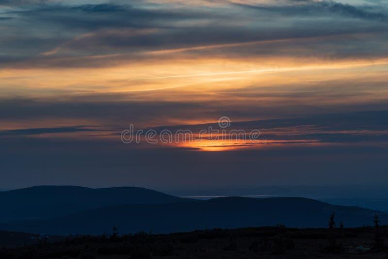 Zachód słońca z chmurami i kolorowym niebem z Snezne jamy w górach Krkonose na czeskich - polskich granicach fotografia royalty free