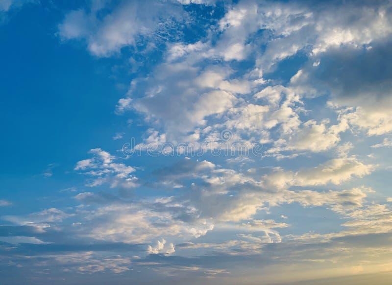 zachmurzone niebo obrazy stock