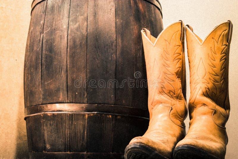Zachodni buty obok drewno baryłki obrazy royalty free