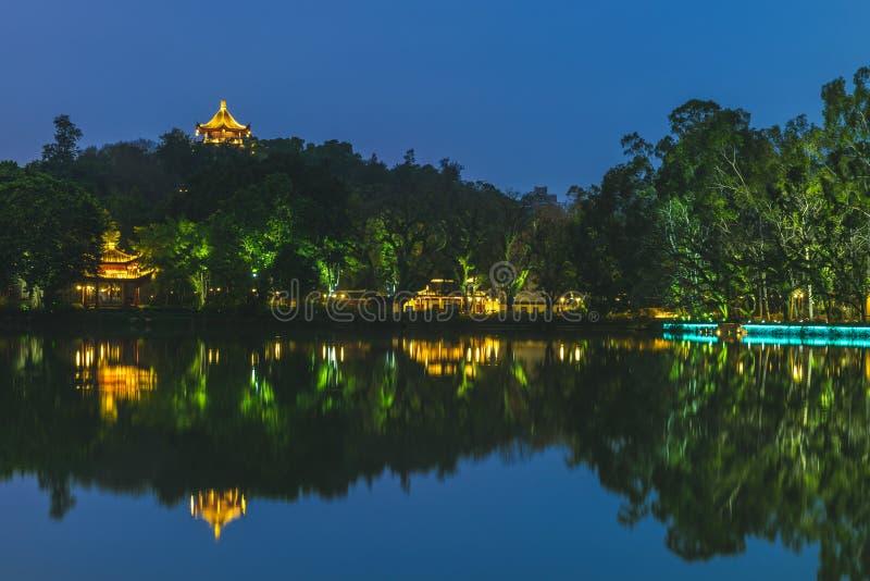 Zachodni Jeziorny xihu park w Fuzhou, Chiny przy nocą zdjęcia royalty free