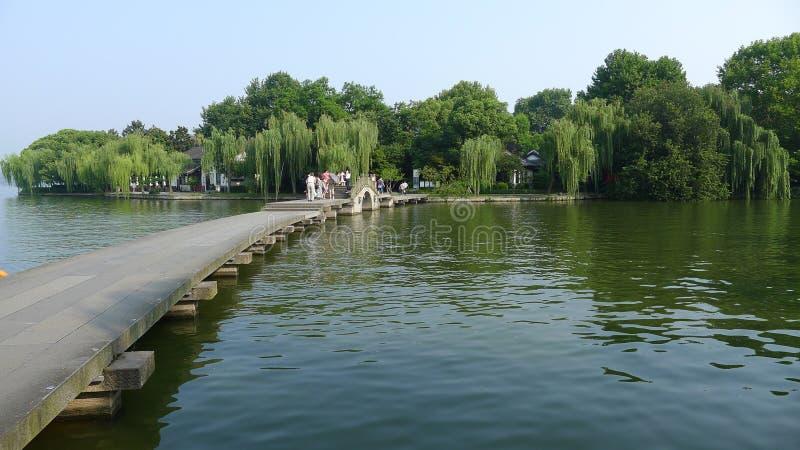 Zachodni jezioro z kamienia mostem obrazy stock