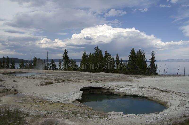 Zachodni kciuka gejzeru basen Yellowstone i Zachodni kciuka jezioro obrazy royalty free