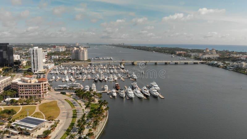 ZACHODNI palm beach FL, KWIECIEŃ, - 10, 2018: Powietrzna linia horyzontu Palmowy Bea fotografia royalty free