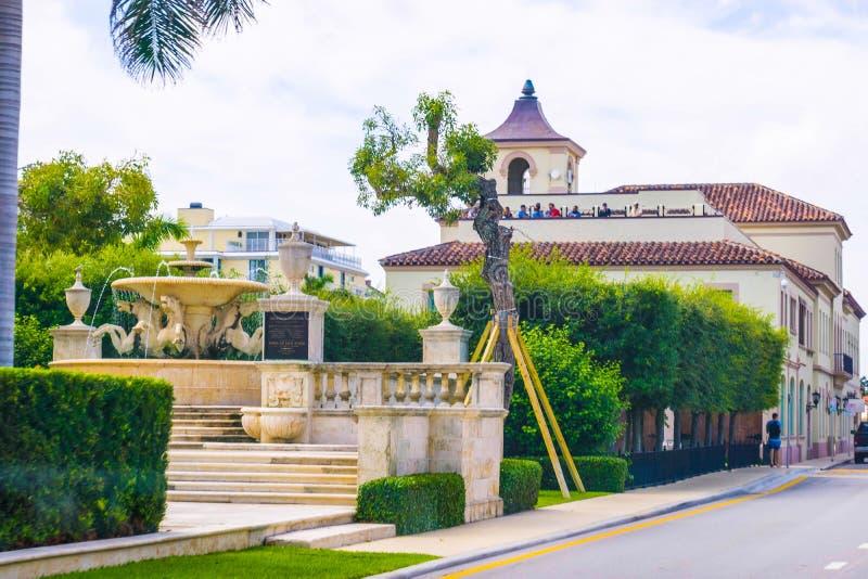 ZACHODNI palm beach, Floryda -7 2018 Maj: Droga z samochodami przy palm beach, Floryda, Stany Zjednoczone obraz royalty free