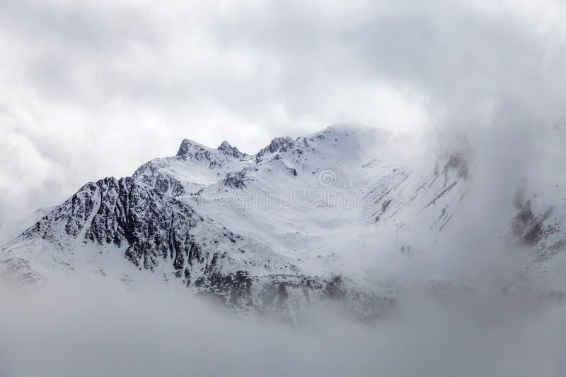 Zachodni Sichuan, Chiny, Baron wzgórze sceneria z śniegiem obraz royalty free