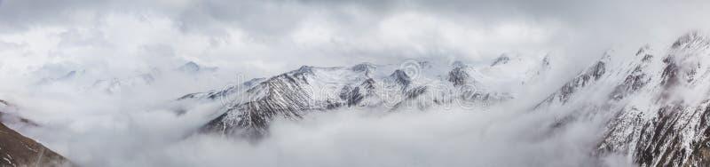 Zachodni Sichuan, Chiny, Baron wzg?rze sceneria z ?niegiem fotografia stock