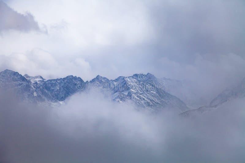 Zachodni Sichuan, Chiny, Baron wzg?rze sceneria z ?niegiem zdjęcia royalty free