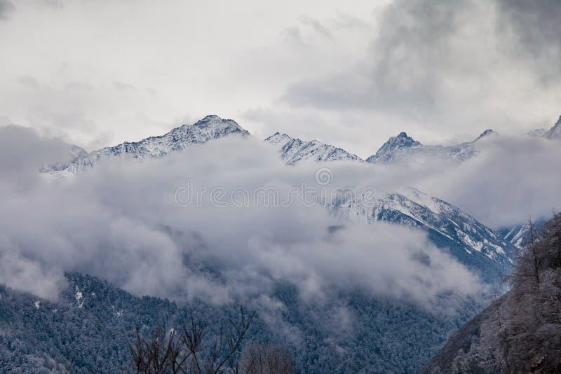 Zachodni Sichuan, Chiny, Baron wzg?rze sceneria z ?niegiem fotografia royalty free