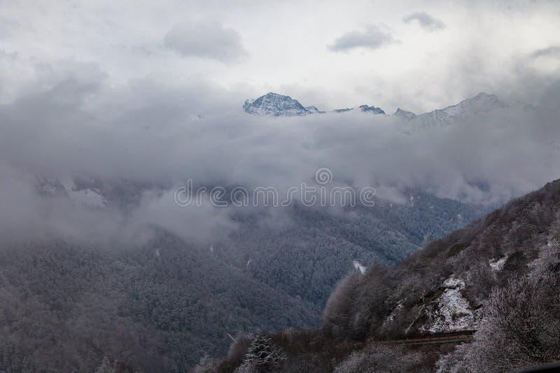 Zachodni Sichuan, Chiny, Baron wzg?rze sceneria z ?niegiem zdjęcie stock