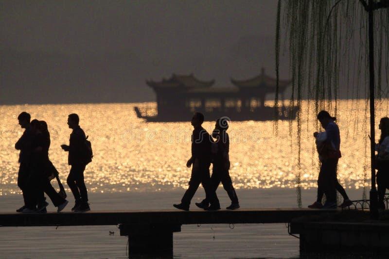 Zachodnia jeziorna sylwetka w wieczór obrazy royalty free
