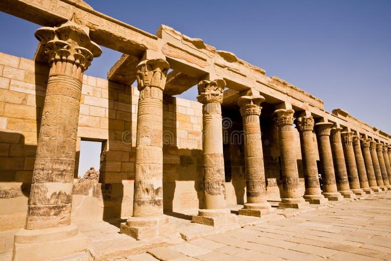 Zachodnia kolumnada prowadzi Philae ` s świątynia Isis obrazy stock