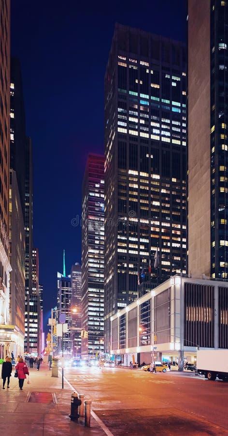 Zachodnia 43rd ulica w środek miasta Manhattan nocy fotografia stock