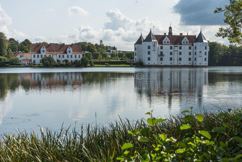 Zachodnia strona Gluecksburg kasztel z stawem, Holstein, Niemcy obraz royalty free
