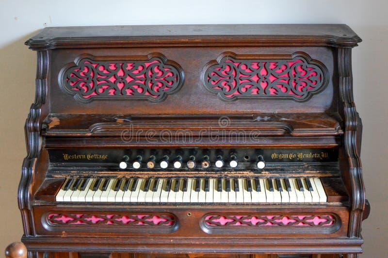 Zachodniej chałupy Antykwarski organ z menchiami i Brown zdjęcia royalty free