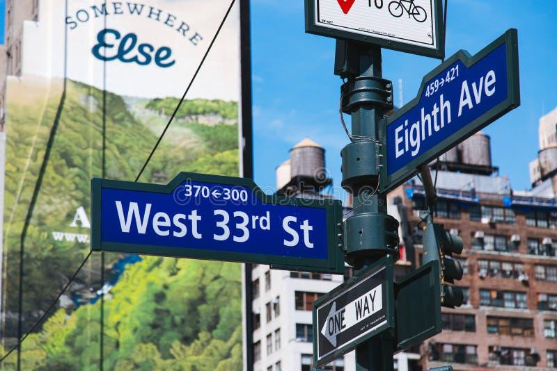 Zachodniej 33rd ulicy i Osiem alei ruchu drogowego znak, Miasto Nowy Jork, Stany Zjednoczone zdjęcia royalty free