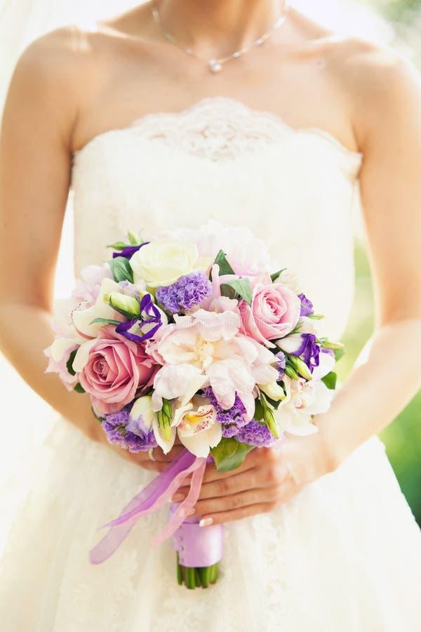 Zacht bruids boeket in handen royalty-vrije stock afbeeldingen