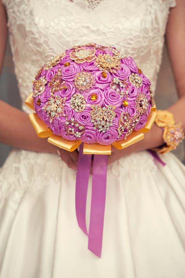 Zacht bruids boeket in handen royalty-vrije stock afbeelding