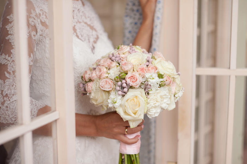 Zacht bruids boeket in handen royalty-vrije stock foto