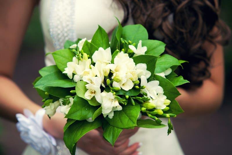 Zacht bruids boeket in handen stock foto
