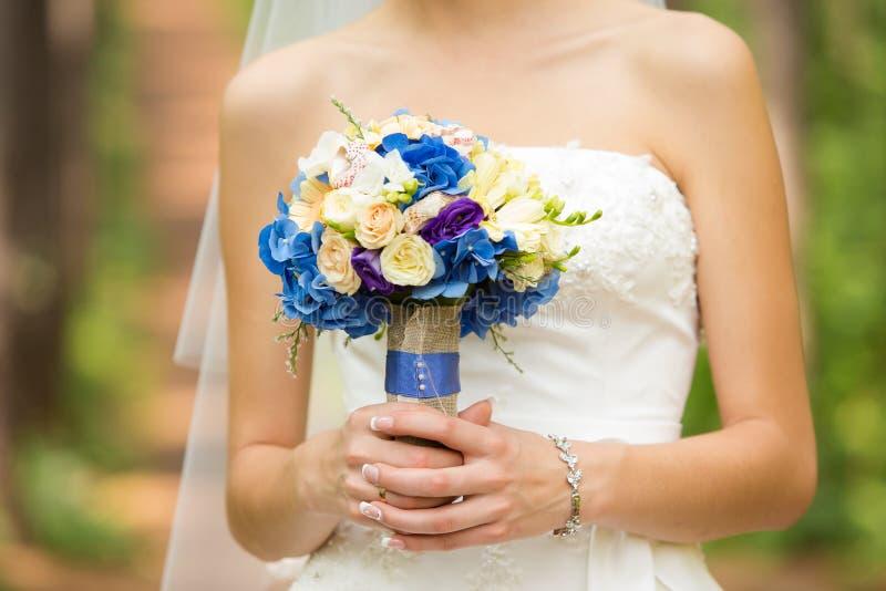 Zacht bruids boeket in handen royalty-vrije stock foto's