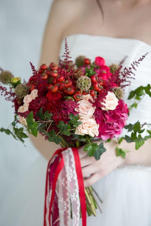 Zacht bruids boeket in handen stock afbeelding