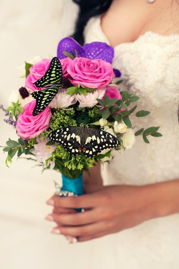 Zacht bruids boeket in handen met vlinder royalty-vrije stock foto
