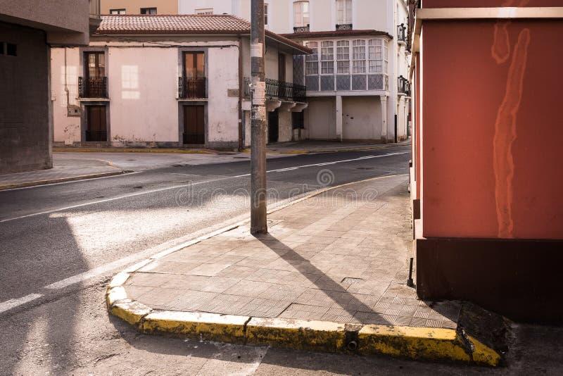 Zacht contrast van lichten en schaduwen in een dwarsstraat, in een stille stad Tijdens de eerste uren van de ochtend, zijn er nie royalty-vrije stock foto