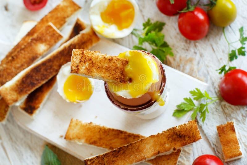 Zacht-gekookt ei met toosts royalty-vrije stock afbeelding
