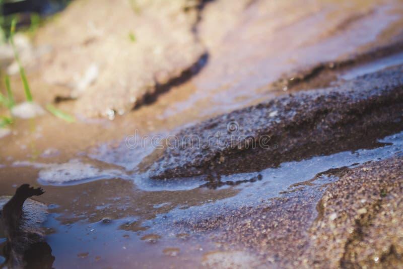 Zacht het water dragend zand van de close-upmening en een echte rivierstroom royalty-vrije stock foto
