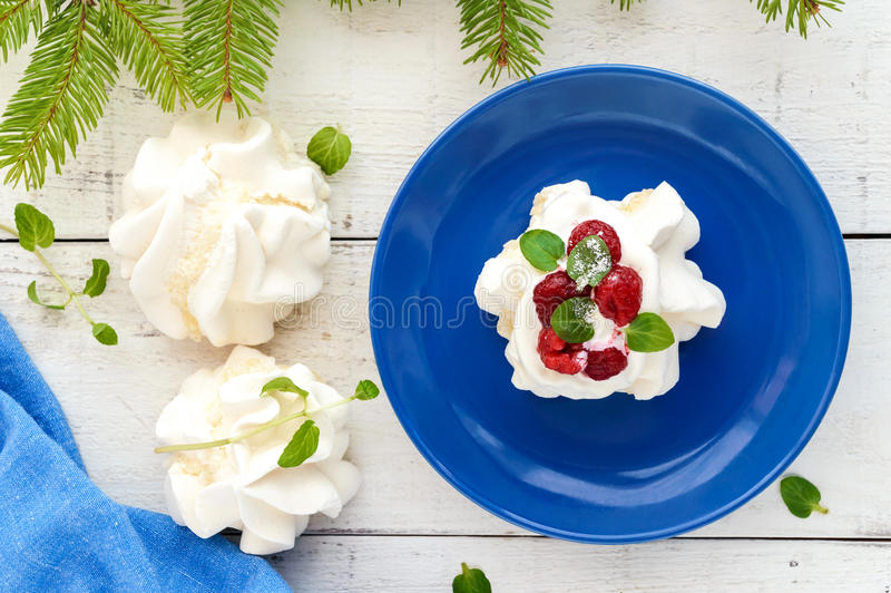 Zacht Luchtdessert ` Anna Pavlova ` met frambozen, slagroom op een lichte achtergrond stock foto