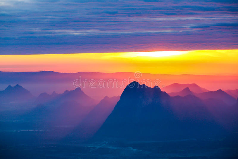 Zacht nadruk en onduidelijk beeld Mooi landschap op de bovenkant van bergen royalty-vrije stock afbeeldingen