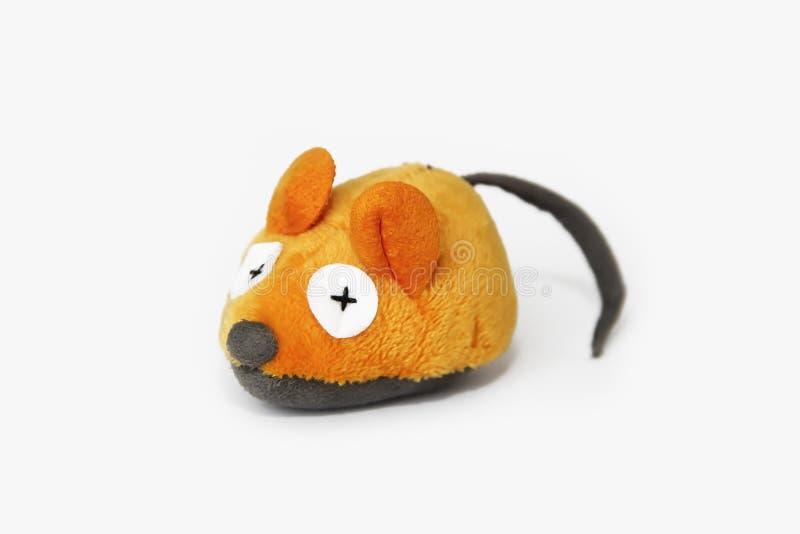 Zacht oranje muisstuk speelgoed dat van kunstmatige wol wordt gemaakt, met de hand gemaakt op een witte achtergrond stock foto's