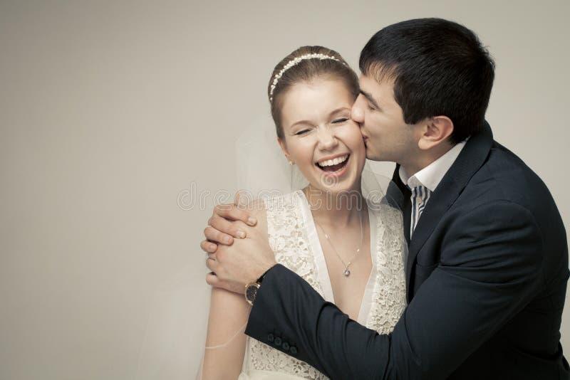 Zacht paar van minnaarsbruidegom en bruid. stock foto's