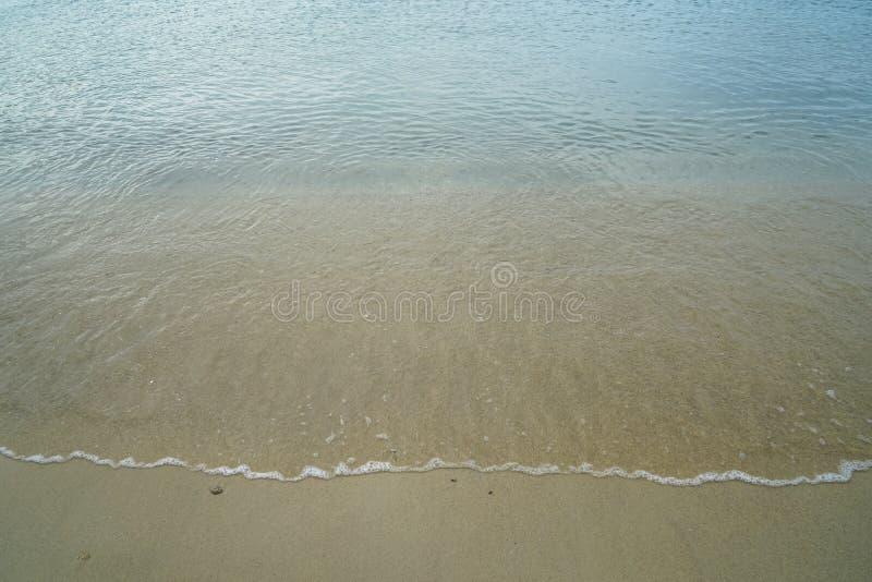 Zacht pastelkleur schoon zandig strand met vers duidelijk zeewater en de witte schuimende achtergrond van de golflijn en copyspac stock afbeeldingen