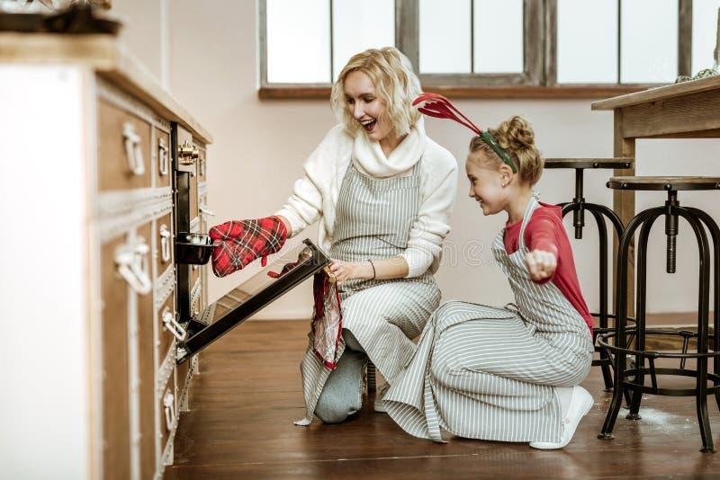 Zacht richtend vrolijke moeder wat betreft haar dochter royalty-vrije stock afbeeldingen