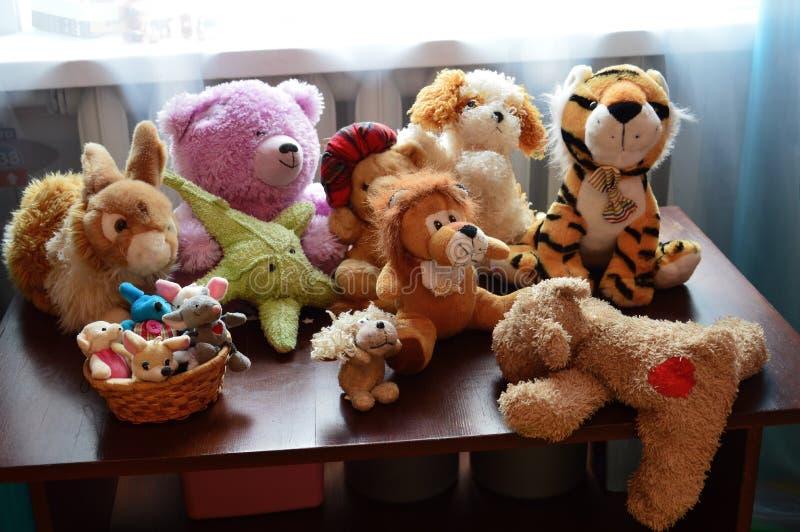 Zacht speelgoed op de lijst Pluchehond die van de lijst en de looppas proberen weg te gaan royalty-vrije stock afbeeldingen
