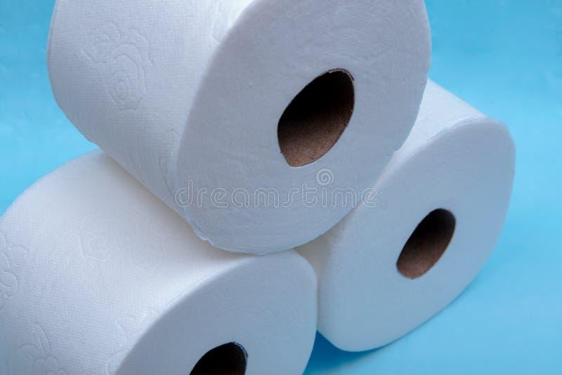 Zacht sterk en absorberend wit toiletpapier dat op blauw wordt geïsoleerd royalty-vrije stock foto