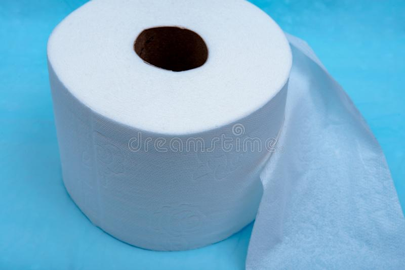 Zacht sterk en absorberend wit toiletpapier dat op blauw wordt geïsoleerd royalty-vrije stock afbeeldingen
