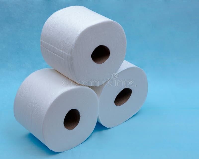 Zacht sterk en absorberend wit toiletpapier op blauw royalty-vrije stock foto