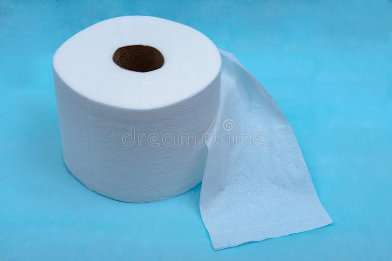Zacht sterk en absorberend wit toiletpapier op blauw royalty-vrije stock afbeeldingen